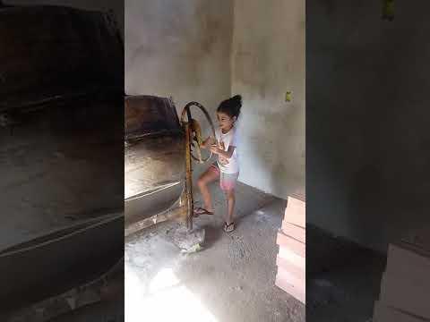 Menina aos 5 anos trabalhando de pedreira