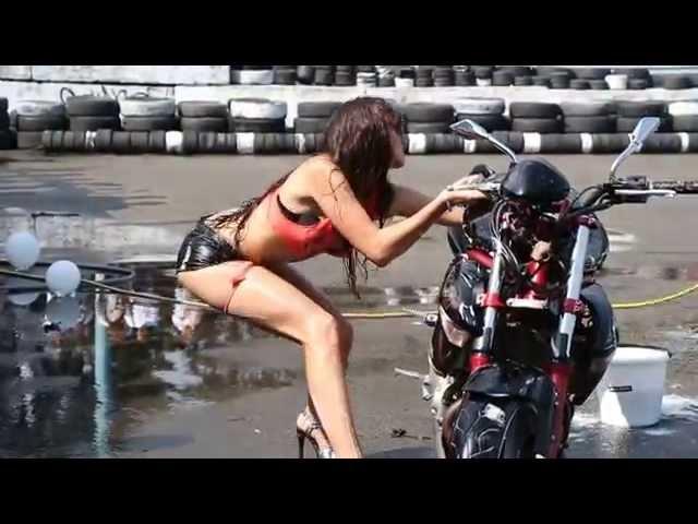 44d87bcd49b Vídeo  garota faz dança sensual junto a moto e acaba mal