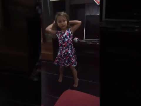 """Sofia (5 Anos) Dançando 'Faz Cara De Rica"""""""