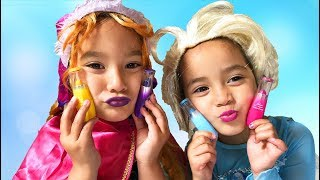 The twins dress up as Elsa & Anna with lipstick - Learning Colors Series