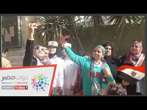 فتيات يلتقطن السيلفى مع الشرطة النسائية أمام لجان الاستفتاء  - 17:56-2019 / 4 / 22