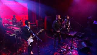Queens Of The Stone Age - I Sat By The Ocean (Letterman 6-6-13) Subtitulado