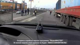 фура сбивает мотоциклиста на светофоре.2016/the truck knocks the motorcyclist at the traffic lights