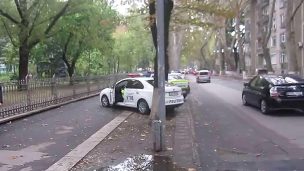 O mașină de poliție dă peste semnul de circulație pe Iorga