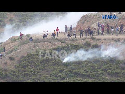 Lanzamiento de botes de humo, subsaharianos saltando la valla: caos en Ceuta