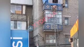 Голого и вооруженного жителя Черноморска сняли с балкона спасатели