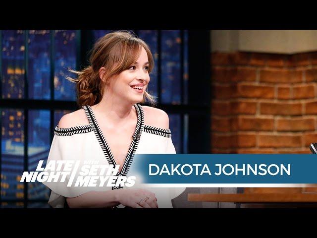 Dakota Johnsons Wardrobe Malfunction at the Peoples Choice Awards - Late Night with Seth Meyers