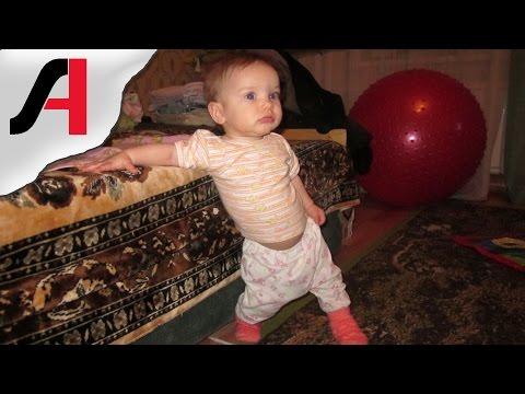 Когда ребенок начинает ходить самостоятельно. Смотреть первые шаги ребенка.