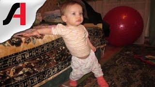 видео Во сколько месяцев ребенок начинает ходить самостоятельно (норма)