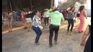 el de camisa verde , Cocho mero gallo como baila !!