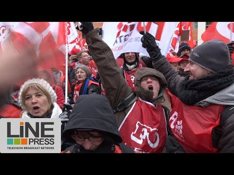 Carrefour imposante manifestation devant le siège du groupe / Massy (91) - France 01 mars 2018