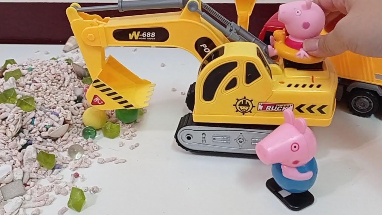 佩佩豬玩具故事    粉紅豬小妹開挖土機做遊泳池    挖土機玩具車車   Excavator toys