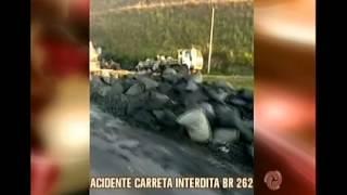 Acidente entre carreta e caminhão interdita trânsito na BR-262