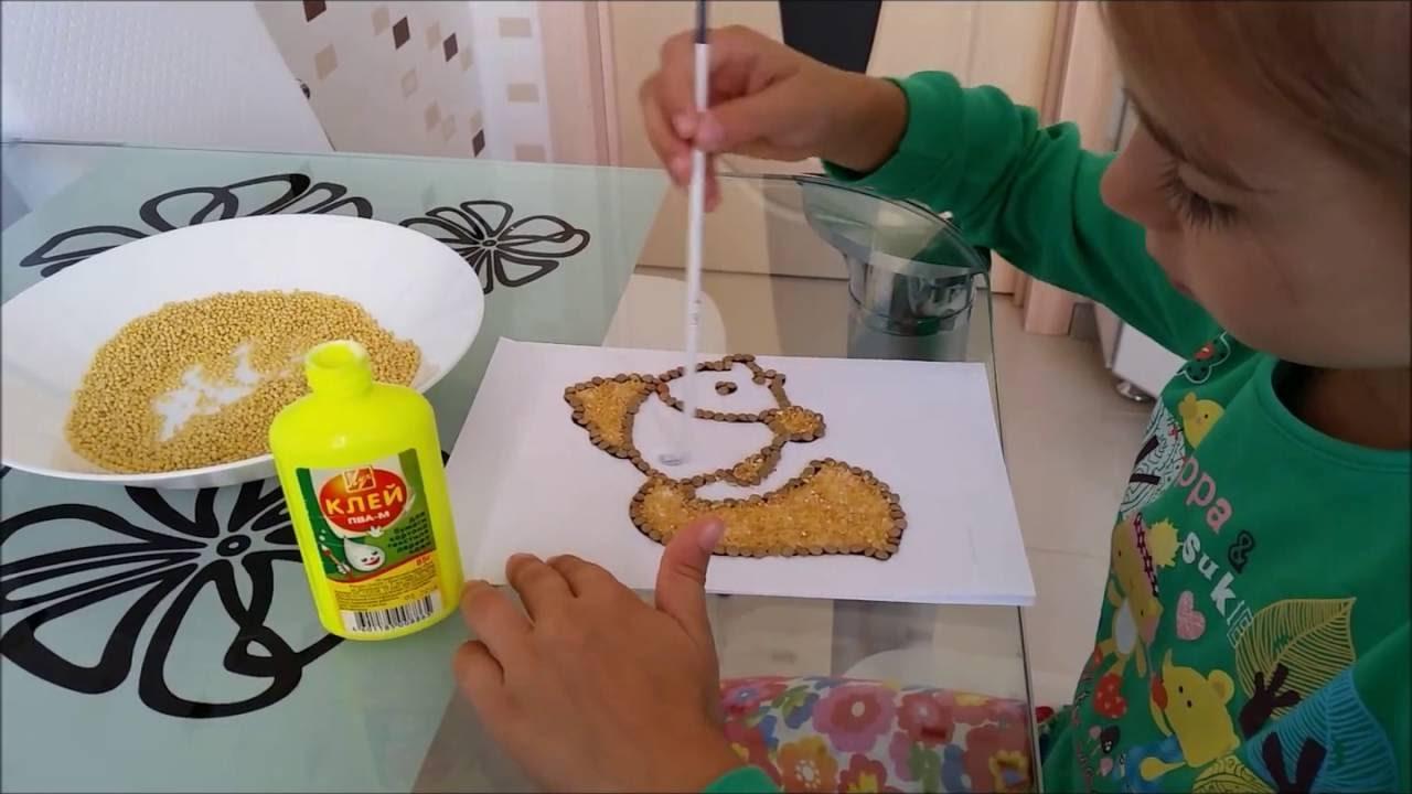 Ребенок делает поделку из крупы своими руками