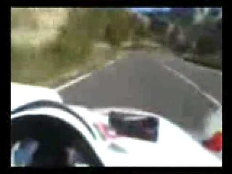 audi r8 le mans dans une route de montagne