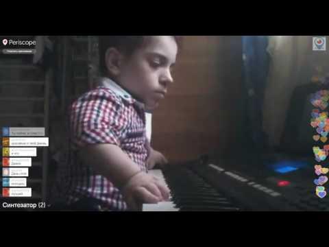 Данил Плужников игра на синтезаторе.