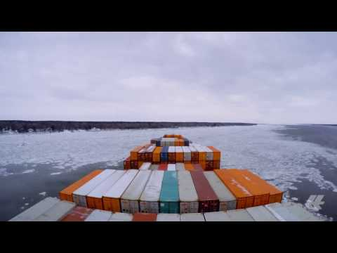 [Timelapse] Hapag-Lloyd vessel on the icy St.Lawrence river.