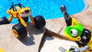 МАШИНКИ В БАССЕЙНЕ Вспыш и машинки в воде НА ВОДНЫХ КОЛЕСАХ Умные Дети ТВ cars pool