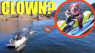 عندما ترى طائرتك بدون طيار مهرجين على Jetskis في بحيرة Clown State Lake ، لا تسمح لهم بالصعود إلى قاربك! (يركض)