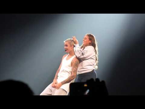 Fan ties Justin Bieber's hair on stage-PURPOSE WORLD TOUR (San Jose,CA)HD