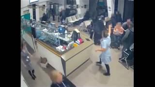 مسلح غاضب يطعن احد الماره و يقتحم مستشفى ويثير الذعر