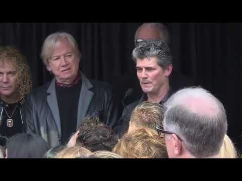 Bon Jovi makes surprise appearance at Rock Hall