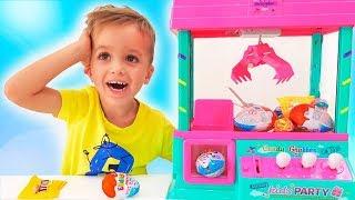 Vlad und Nikita spielen mit einer Spielzeug-Überraschungsmaschine