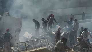 تحطم طائرة ركاب باكستانية تقل أكثر من 100 شخص في كراتشي