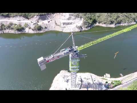 Dos Gigantes chino: las impresionantes grúas sobre el Lago San Roque