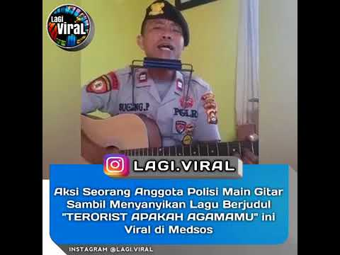 Aksi Seorang Anggota Polisi Main Gitar Sambil Menyanyikan Lagu Berjudul