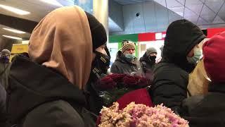 Люди с цветами во Внуково отказываются назвать журналистам причину своего прибытия в аэропорт