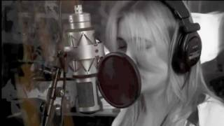 Dutch singer Anouk covers Rihanna