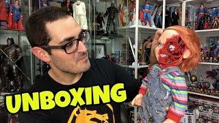 Download lagu UNBOXING de un Chucky brutal + la historia del VERDADERO muñeco diabólico