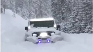 Jeep che Si Mangia Letteralmente la Neve fresca alta più di un Metro