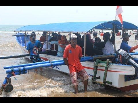 Begini rasanya naik perahu di Pantai Legon Anyer, SERU !