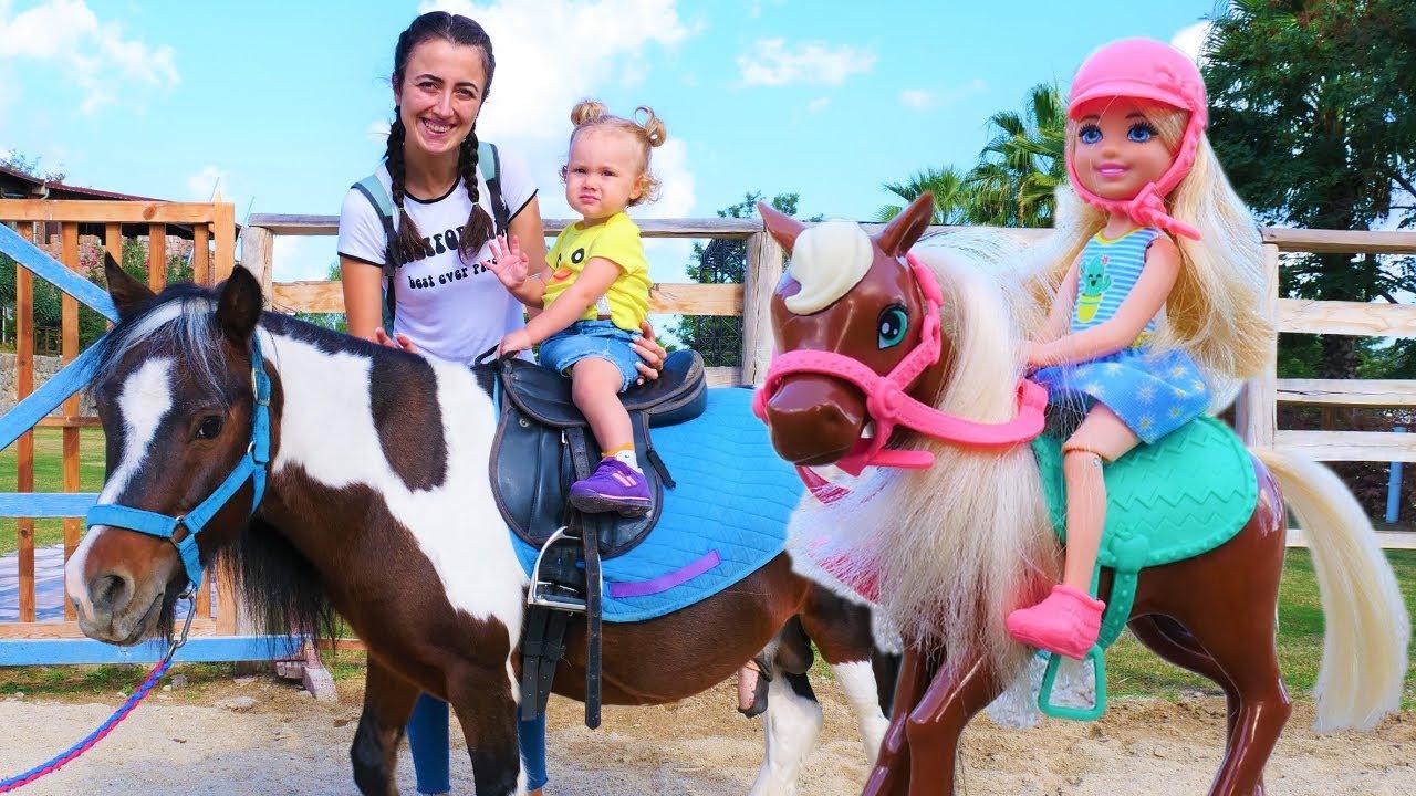 Barbie oyunları Sevcan ile. Chelsea ve Derin at çiftliğinde ata biniyorlar