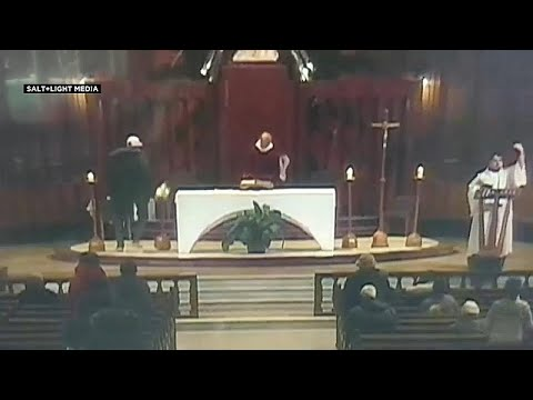 فيديو: رجل يطعن قساً أثناء قداس في كنيسة سانت جوزيف في مونتريال…  - نشر قبل 3 ساعة