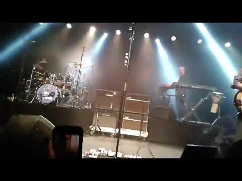 Saúl Hernández sufre caída durante concierto