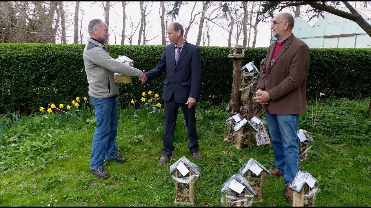 Richard timmert bijenhotels bij Zorgdomein de Vier Ambachten in Simonshaven / 2019