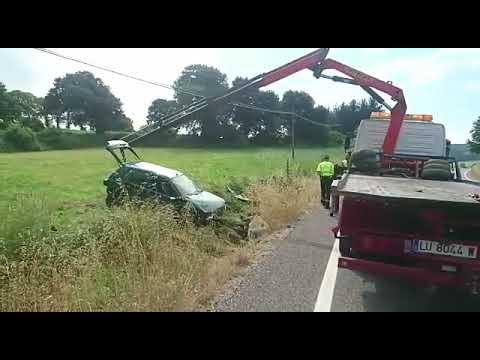 Retirada del coche tras el accidente que dejó dos mujeres heridas en Pol