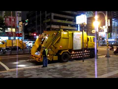 """Beethoven"" Trash Trucks in Taipei"