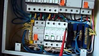 видео Какие особенности установки счетчика электроэнергии и устройства автоматического отключения на вводе?