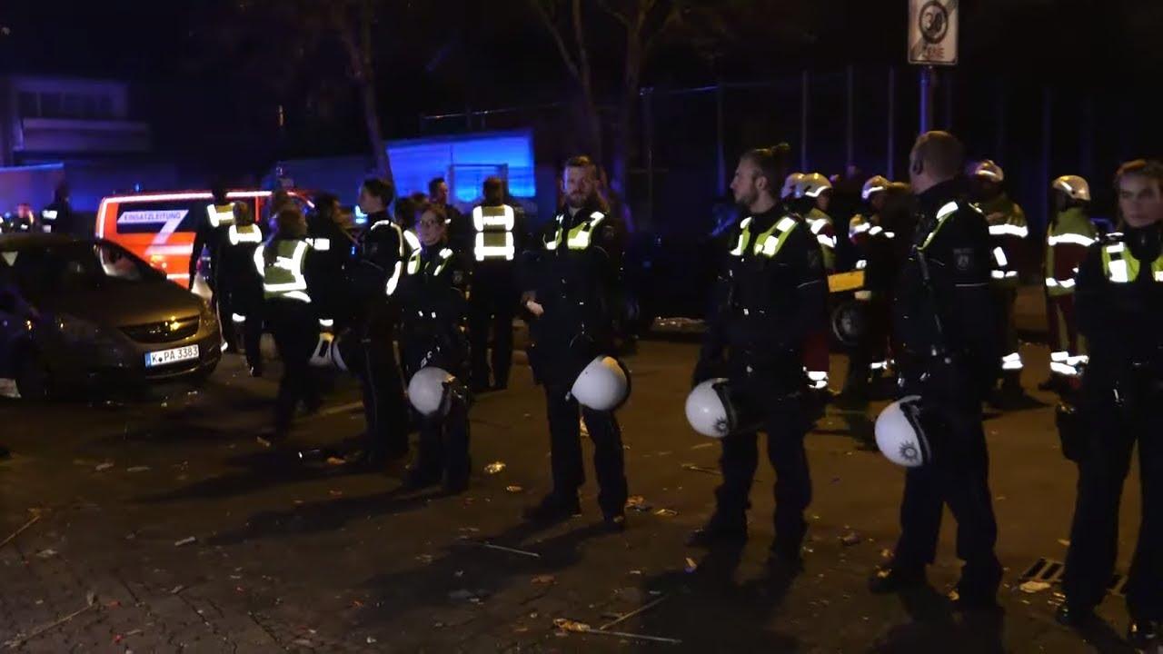 Massenschlägerei in Köln - Polizei-Hundertschaft schreitet ein