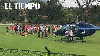 Helicóptero aterriza sin protocolos en una cancha de fútbol   EL TIEMPO