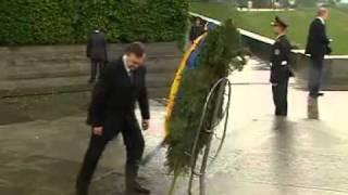 На президента Украины упал венок 8 фото + видео » Триникси   Вселенная Развлечений  Картинки, приколы, видео, флэш(, 2011-02-23T14:43:48.000Z)