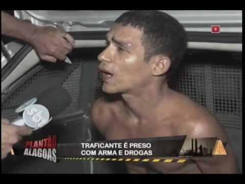 Traficante é preso com arma e drogas