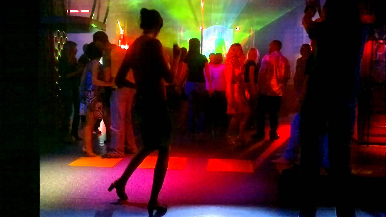 Девушка танцует танец снегром фото 569-149