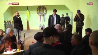 Кандидата в депутаты попытались засунуть в мусорный бак. Украина