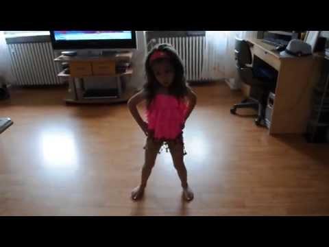 Deutsches Mädchen tanzt  -danza kuduro-  ( 3 year )