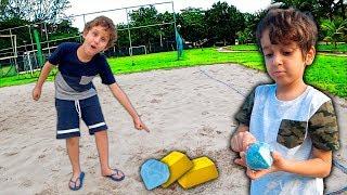 Brincando de Caça Tesouros de Brinquedo no Parquinho de Areia Infantil